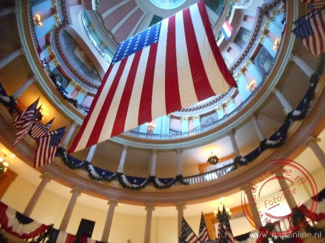 De Amerikaanse vlag hangt in de koepel van het stadhuis van St Louis