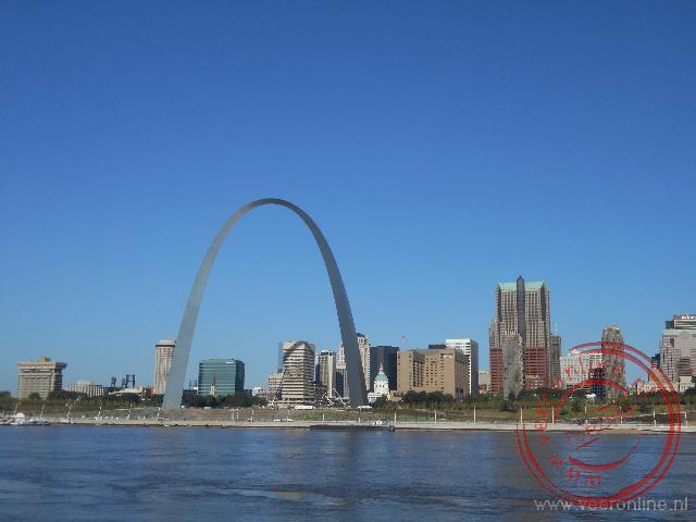 De Arch van St Louis aan de overzijde van de Mississippi rivier