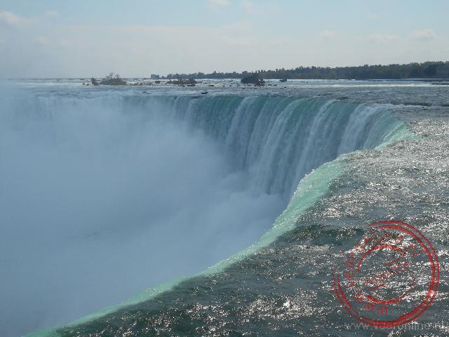 Het water klettert over de rand van de Niagara Falls