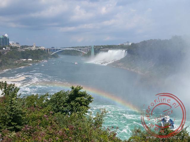 Een regenboog boven de Niagara Falls