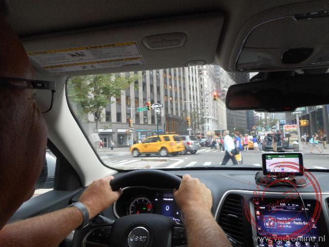 Met de auto rijdend over Time Square in New York