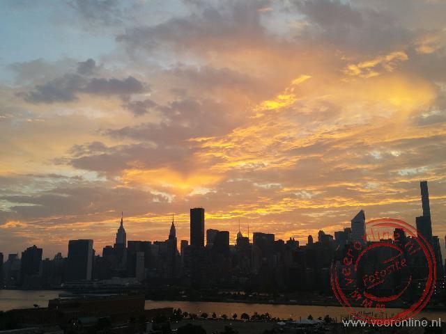 De prachtig gekleurde wolken boven New York