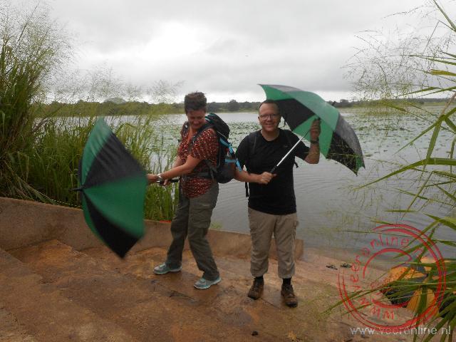 Tijdens de wandeling worden we overvallen door een regenbui