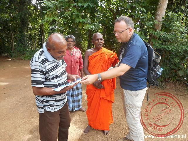 Een monnik beheert een klein tempeltje