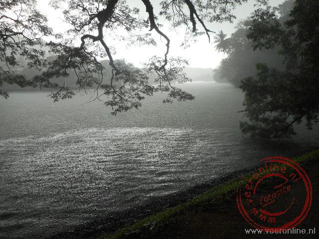 Een stortbui trekt over Kandy