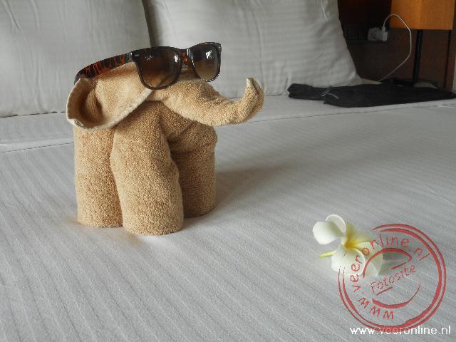 Een fraai kunstwerk van de handdoeken op de hotelkamer