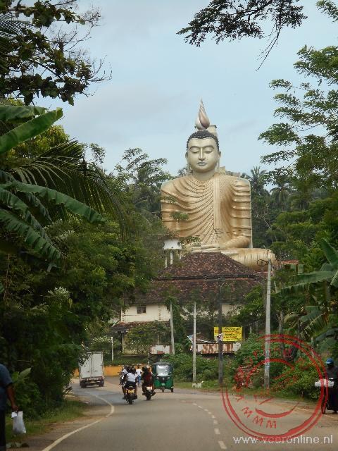 Een enorm Boeddha beeld langs de kust