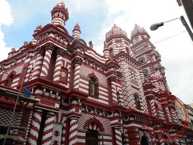 De opvallende Jami Ul-Aflar moskee in het centrum van Colombo