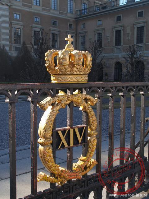 De gouden kroon aan het hek van het Koninklijk paleis