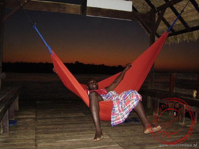 Vincent demonstreert hoe de hangmat opgehangen moet worden en probeert hem direct uit
