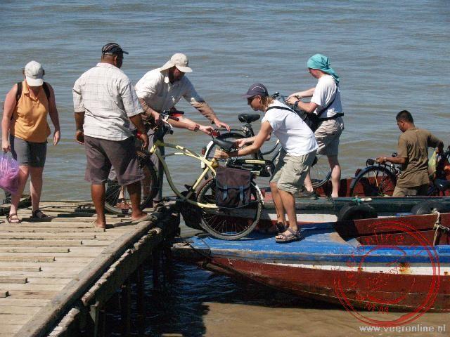 Met de fiets mee met de pont over de Surinamerivier