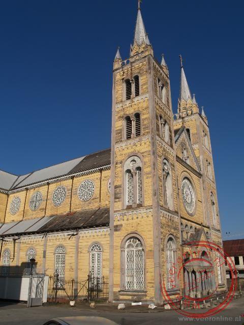De Sint Petrus en Paulus Kathedraal in Paramaribo is het grootste houten bouwwerk van Zuid Amerika