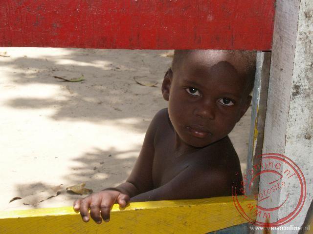 Een klein jongen in een van de dorpen in het oerwoud