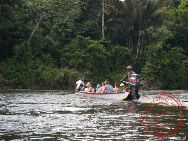 Met de korjaal over de rivier