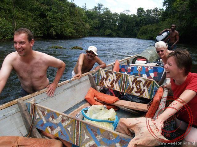 Met handkracht wordt de boot over de stroomversnellingen getrokken