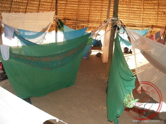 De hangmatten hangen in de vergaderruimte van het dorp