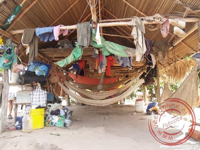 Een huiskamer in het indianen dorp Tutu Kampu