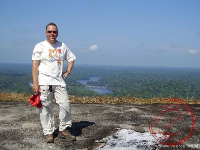 Op de top van de Teboe Top heb je uitzicht over uitgestrekte bossen