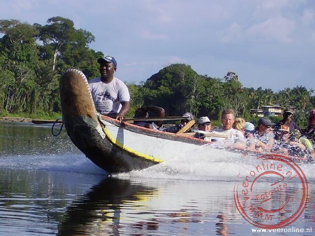 Op volle snelheid vaart de korjaal over het water