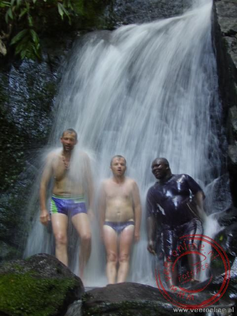 Onder de waterval in de jungle