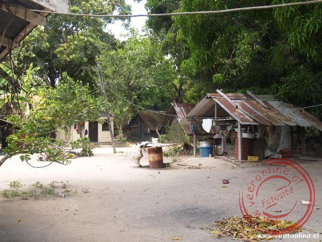 Stoelmanseiland was een belangrijke plek tijdens de Surinaamse burgeroorlog. Nu is het dorp nogal vervallen.