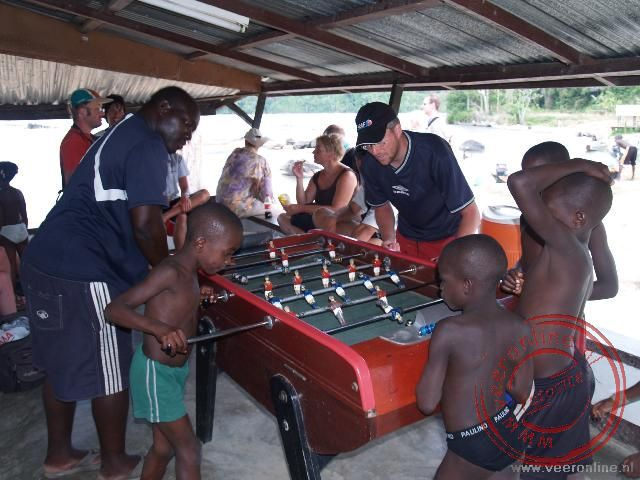 Samen met kinderen het voetbalspel spelen
