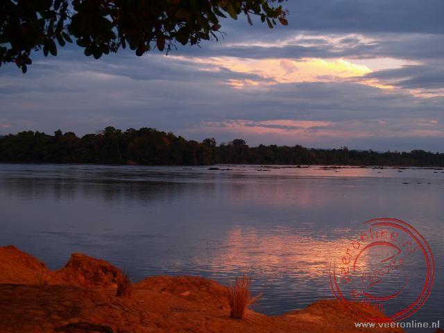 De zonsovergang bij de Marowijne rivier