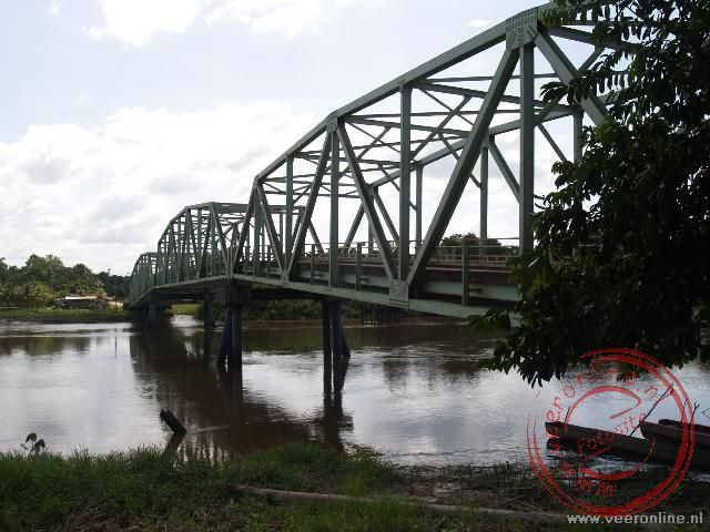Rondreis Suriname - De brug over de Commewijne