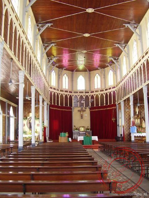 Het interieur van de houten kerk in Paramaribo