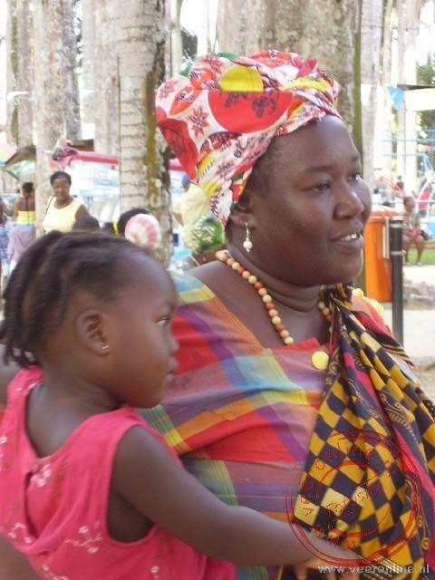 Een Surinaamse vrouw met haar kind