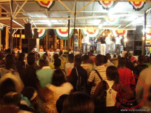 Een feestavond in de palmentuin met een open lucht optreden