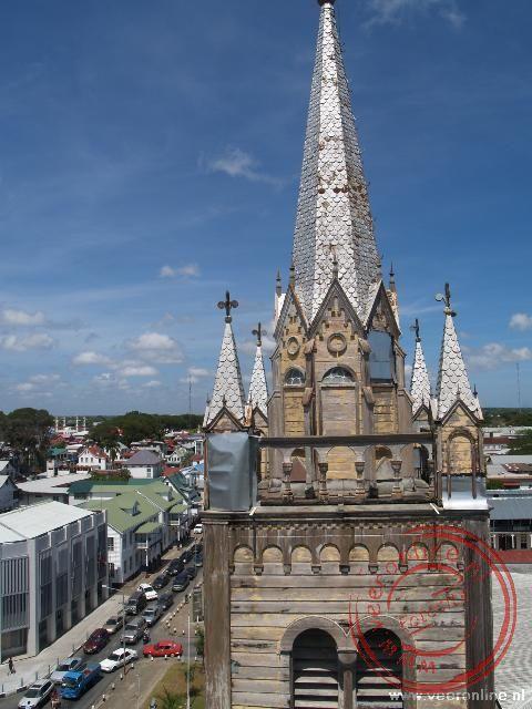 De houten toren van de St Petrus en Paulus kathedraal