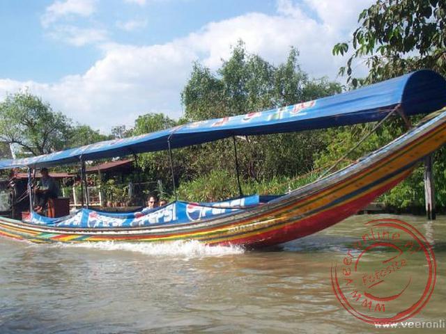 Een longboat waarmee we door de kanalen voeren