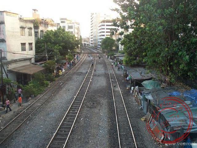 De krotwoningen langs de spoorrails