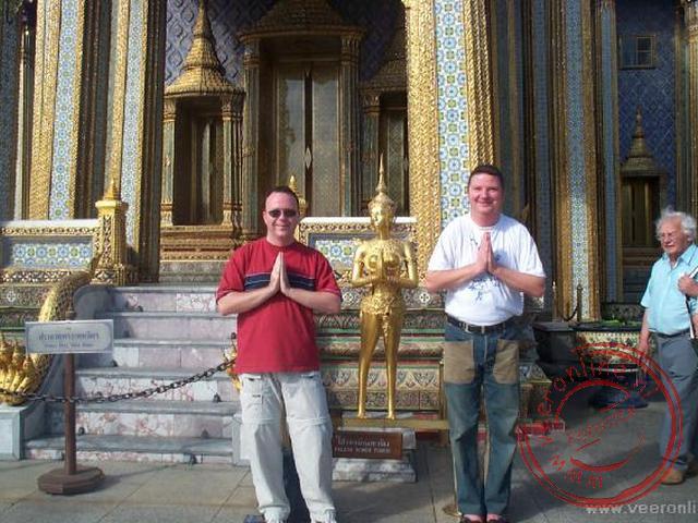 Ronald en Geert voor de tempel met de Thaise begroeting