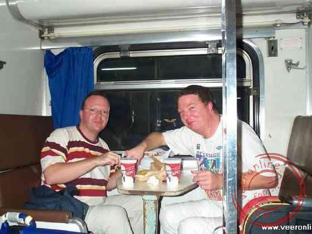 Even een westerse maaltijd in de nachttrein van Bangkok naar Chaing Mai