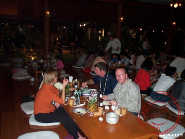 Het kanthoke diner met volksdansen van verschillende bergstammen van Noord Thailand