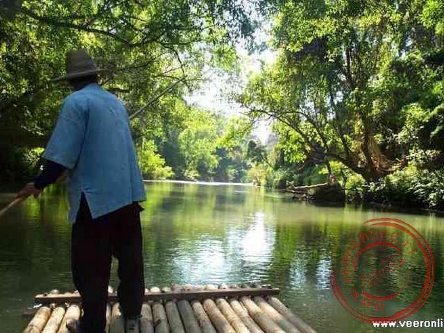 Bamboevlot varen op de rivier de Ping
