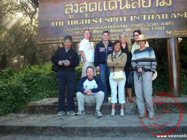 Een groepsfoto op het hoogste punt van Thailand.