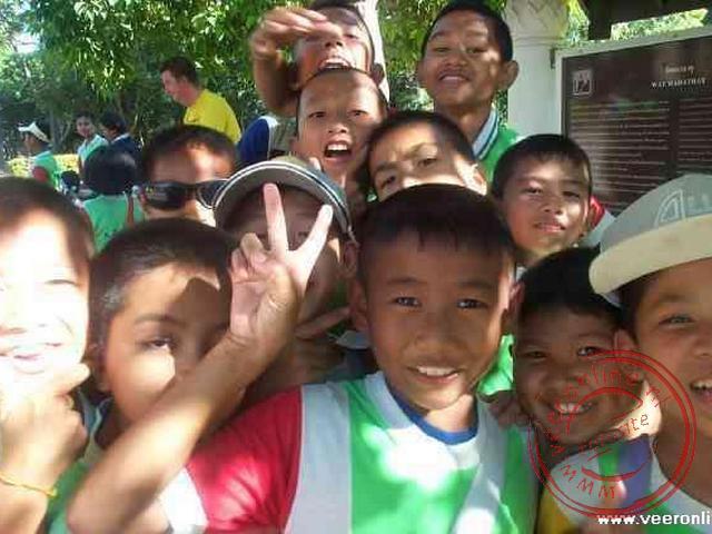 Thaise schoolkinderen op de foto