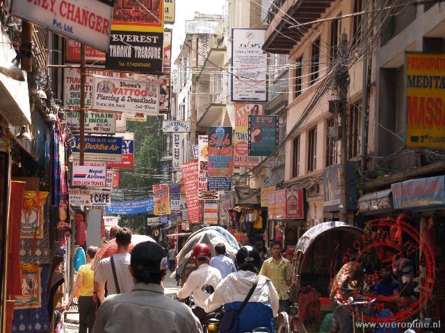 De drukte in de straatjes van de wijk Thamel