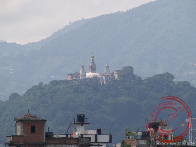 De Swayambunath tempel vanaf Durbar Square