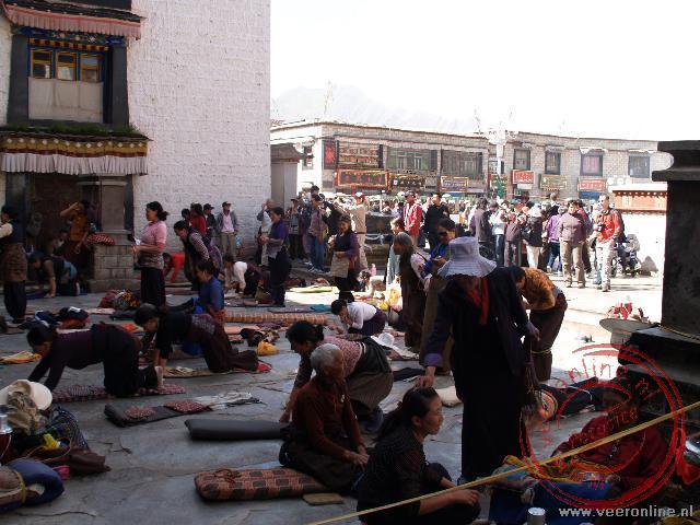 Posterende pelgrims voor de ingang van de Jokhang Tempel