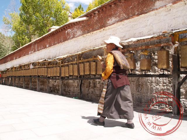 Een pelgrim loopt de kora rond het Potala paleis in Lhasa