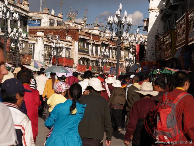 De drukte op de kora rond de Jokhang tempel