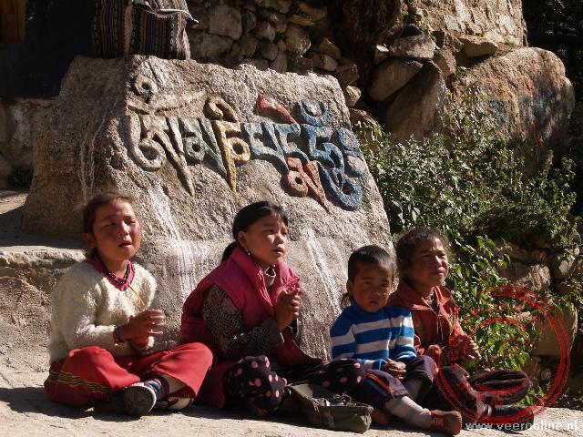 Kinderen zingen liedjes in het Drepung klooster