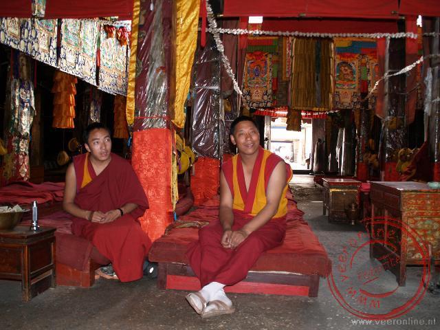 Via een rondwandeling uit de Lonely Planet kwamen we in het kleine Gyüme Lower Tantric College is gesprek met enkele monniken