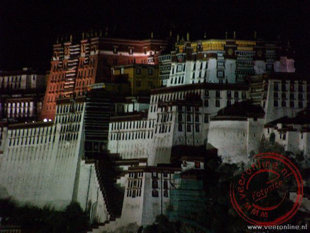 Het Potala paleis wordt 's avonds prachtig verlicht