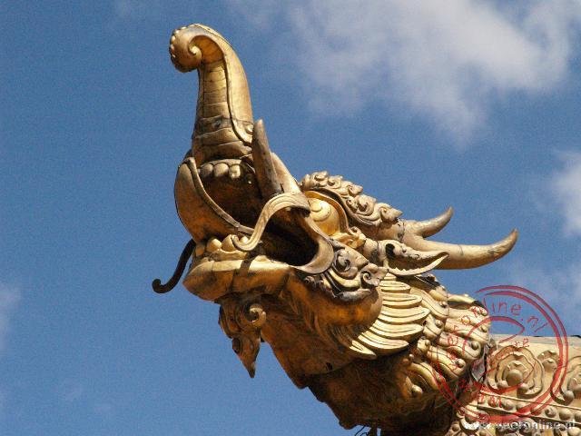 Een drakenkop aan het dak van de Jokhang