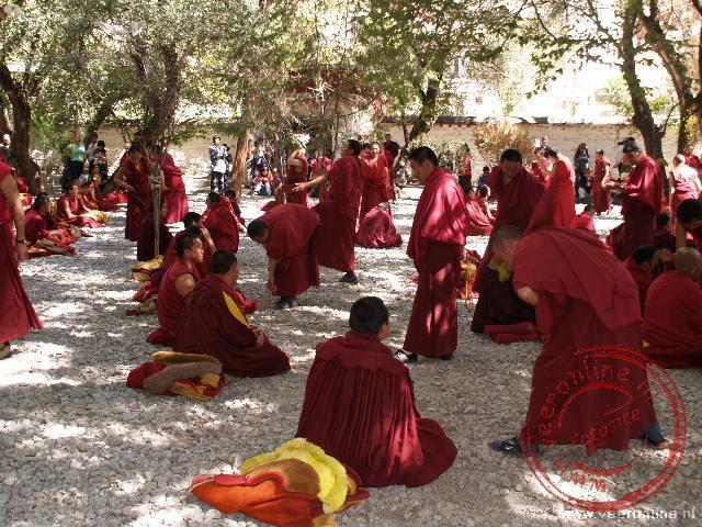 De monniken debateren in het Sera klooster
